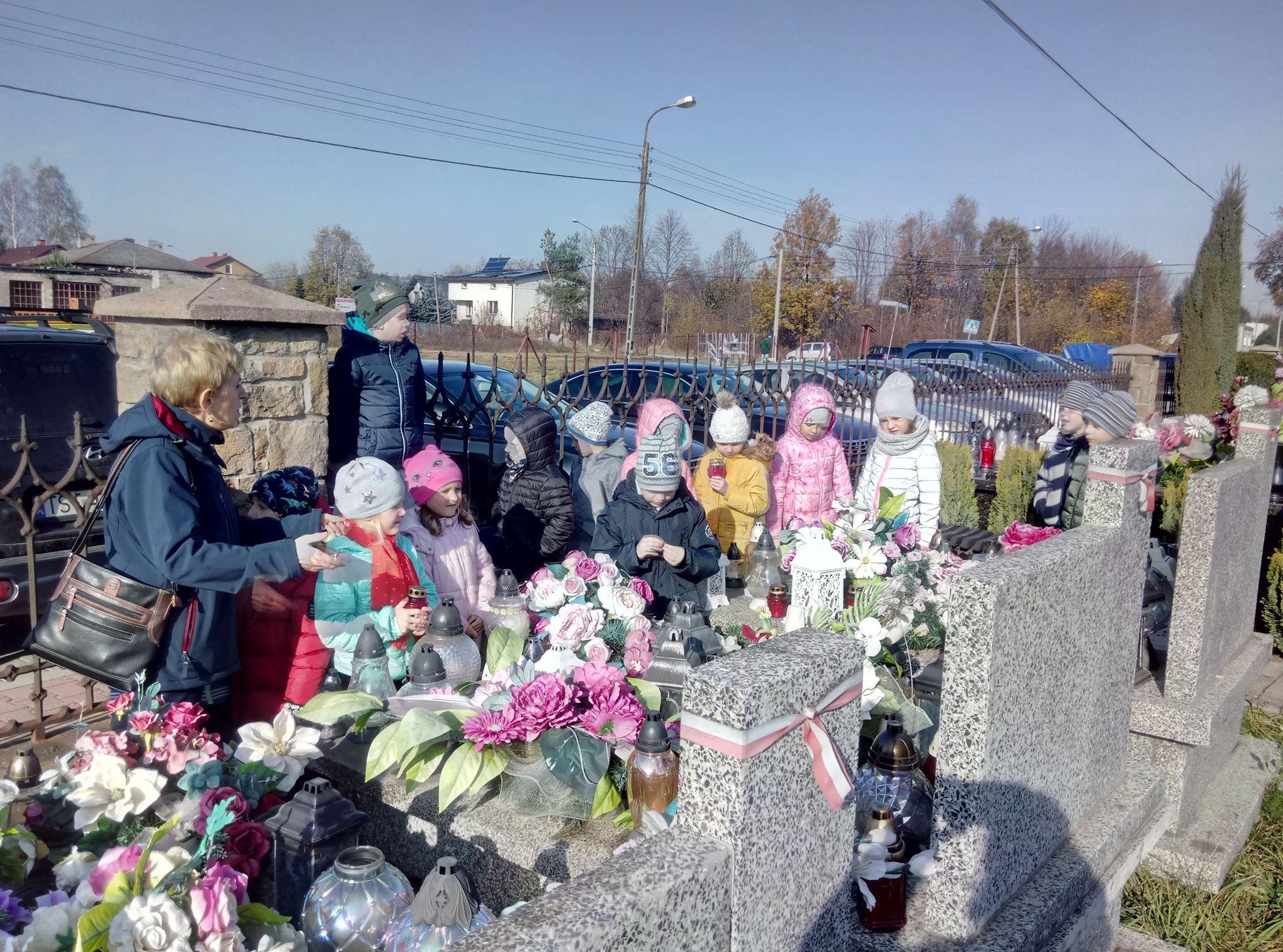 Przedszkolaki składają hołd zmarłym