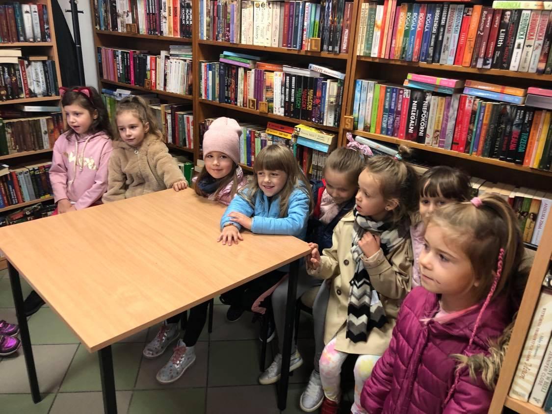 Sześciolatki w bibliotece